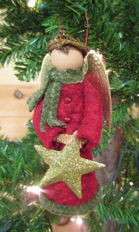 Notre plus récent angel est prêt pour lhiver long avec son écharpe en laine texturé et garniture assortie manteau. Comme nos autres ornements de pince à linge, elle est faite dune broche/vêtements de poupée, la boule de bois, cure-pipe et des chutes de feutre de laine. Ses ailes sont un jeu dailes or de Dresde, et son halo est une couronne de vigne petit. Elle est prête à accrocher sur votre arbre avec une boucle de fil à broder au sommet.  Ainsi que la couleur du pelage, vous pouvez…