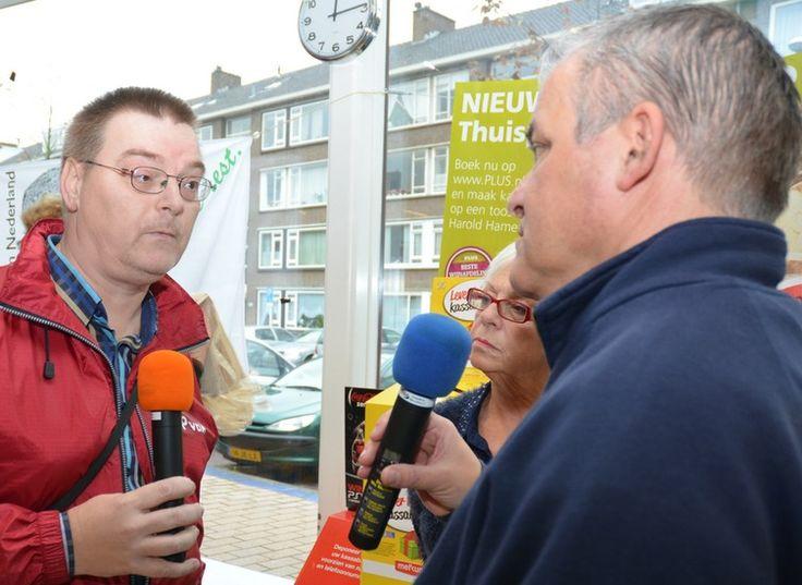 Voedsel inzamelingsactie voor de Rijswijkse Voedselbank op zaterdag 2 november 2013. Hier in gesprek met Rene Marquard voor omroep Rijswijk over de inzamelingsactie voor de voedselbank. (foto: Wim Mecksenaar)