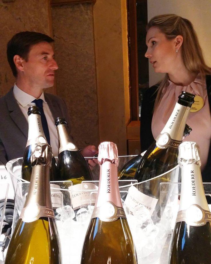 Keskustelua samppanjasta. #grandchampagnehelsinki#viini#wines#winelover#winegeek#instawine#winetime#wein#vin#winepic#wine#wineporn herkkusuu #lasissa#skumppa#Herkkusuunlautasella#samppanja