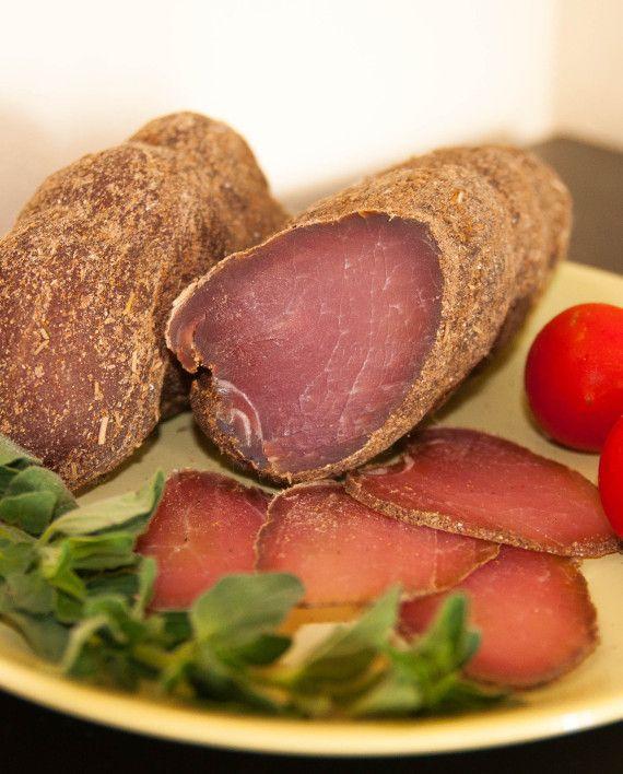 Вяленый свиной карбонат. Выдержка 14 дней. Приготовлен из экологически чистых продуктов по уникальной технологии. Благодаря использованию отборного мяса и специй, вкус становится неповторимым.