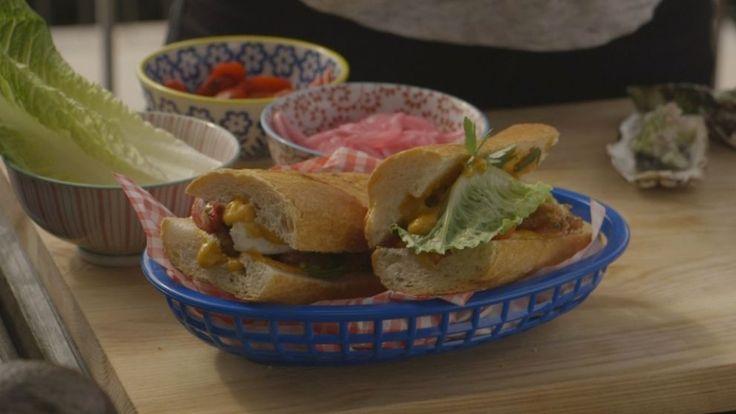 Po´Boy är en traditionell ubåtsmacka från Louisiana. Po´Boy kommer från ordet poor boy och mackan innehåller oftast friterade skaldjur eller kött. Här är Kiras variant av Po´Boy med friterade ostron, egen majonäs och picklad lök.