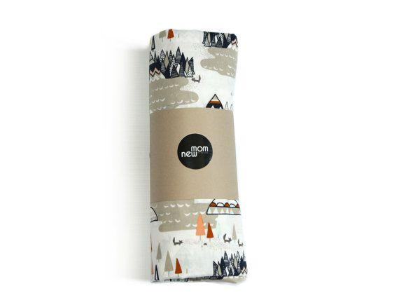 Mooie, handgetekende illustraties van teepes, de bergen en de bomen maakt dit een ontzagwekkende toevoeging aan uw tribal thema kleuter! U zult de