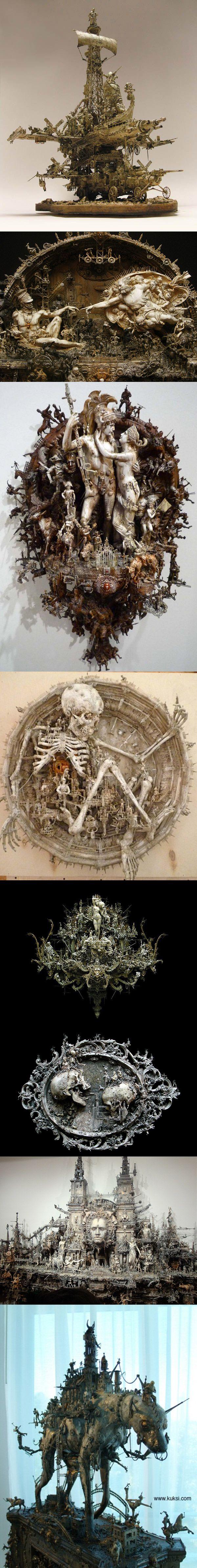 Les sculptures hallucinantes de Kris Kuksi (USA) qui est un maître du détail et du macabre.