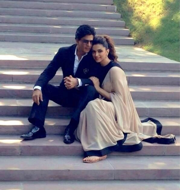 Bollywood @ 8 megapixels - @Omg SRK with @deepika padukone pic.twitter.com/vhRqZNUcaW