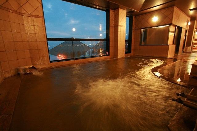 【観月の湯】若返り・美肌効果抜群の源泉に浸かりながら諏訪湖を一望頂けます。