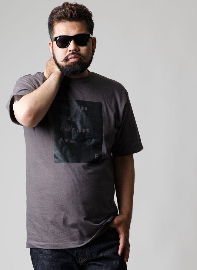 商品詳細 当店オリジナルデザインのTシャツが登場!胸元に書かれている英語の意味は、「俺のものは俺のもの。お前のものは俺のもの。」Gの名言を記載しました。シックなチャコールが落ち着いた大人の雰囲気を醸し出します。黒のパンツや、白色や黄色など明るめのボトムと相性がいいです。          採寸(cm)                    SIZE      着丈肩幅袖丈袖口袖ぐり襟回り      胸回り              2L(XL)      785424405845116                3L(XXL)      825625426045118                4L(XXXL)      845926446245124                        生地                    生産国      中国               素材      綿 100%               透け感                     生地感                     伸縮性…