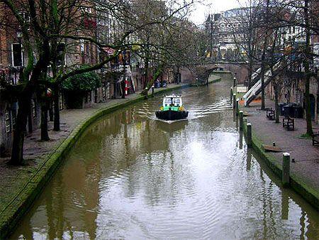 Utrecht     Pays-Bas > Province d'Utrecht  Située au centre des Pays-Bas, la province d'Utrecht possède une densité de population très élevée. Elle se trouve dans la Randstad, une gigantesque conurbation dont fait également partie Rotterdam.