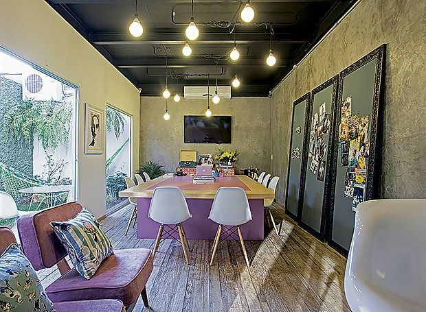 Sala de reunião: a mesa retangular cor-de-rosa foi o ponto de partida para a decoração do ambiente, que tem quadros de ímãs apoiados na pare...