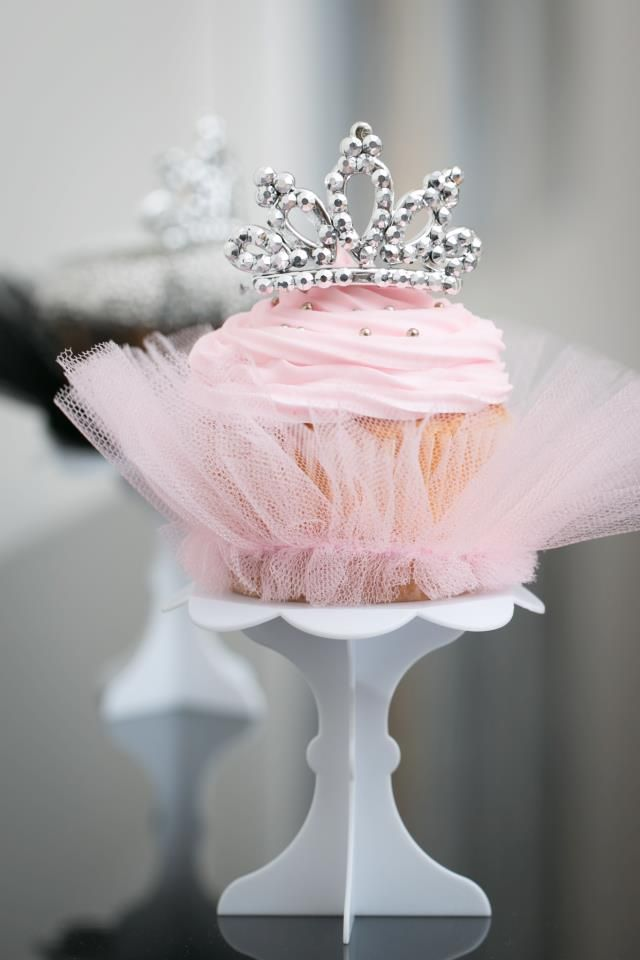 Love these gorgeous little ballerina cupcakes complete with tiara