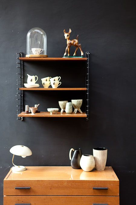 schitterende zwart wit combinatie en toch warm met al dat hout!