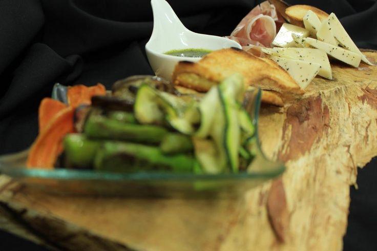 ::Tabla Mediterránea:: Queso de cabra, vegetales grillados, aceitunas, prosciutto y brusquetas..