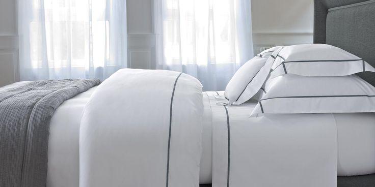 La pureté graphique d'un bourdon droit de couleur, encadre taies d'oreiller à volants plats et housses de couette, et signe l'identité luxueuse du blanc Yves Delorme. Fraîcheur, résistance, finesse et aspect mat, sont les gages de cette qualité haut de gamme qui compte parmi les plus belles et se décline en dix couleurs de bourdons associés au blanc, coordonnés à la gamme d'unis Triomphe. #chambre #lingedelit #blanc