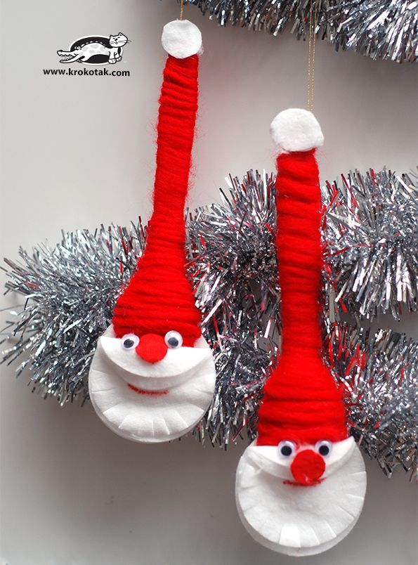 These santas are made from plastic spoons, red thread, make up remover pads, googley eyes and glue. So cute!