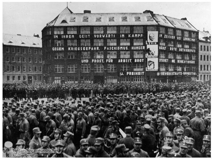 Парад НСДАП 22 января 1933 года у дома Карла Либкнехта (Центрального партийного штаба германской компартии на Bülowplatz в Берлине), незадолго до того, как Гитлер будет назначен канцлером Рейха. Месяц спустя, фашисты обыскали штаб-квартиру KPD (Kommunistische Partei Deutschlands), заняли дом, и переименовали его, именем убитого нацистского активиста Хорста Весселя. KPD была запрещена вскоре после этого, и ее члены подверглись репрессиям, арестованы и отправлены в концентрационные лагеря.