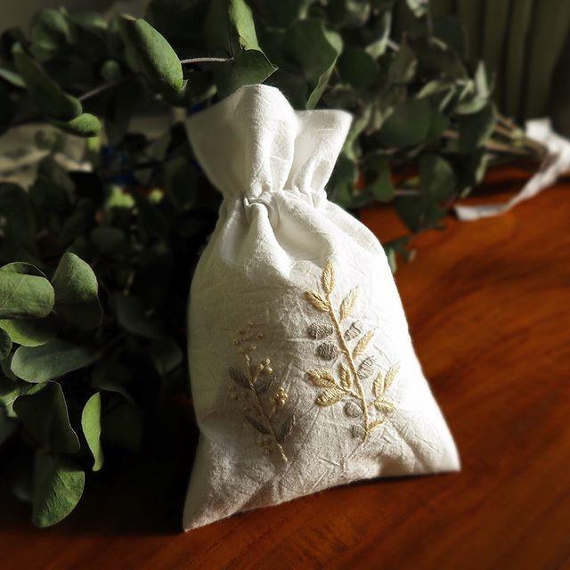 綿の白地にオフホワイトの糸 目立たないけど存在感がある #刺繍 #初心者 #ハンドメイド #チクチク#針仕事 #夜鍋はしない #暮らし #東京 #巾着 #大人用