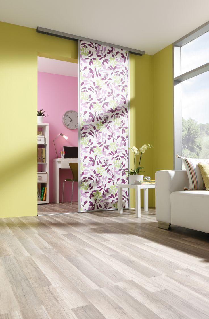 grüne Wand im Wohnzimmer mit Schiebetür