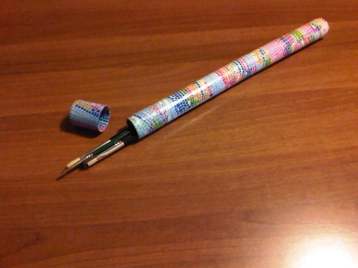 Portapennelli realizzato con tubo di cartone e carta decopatch
