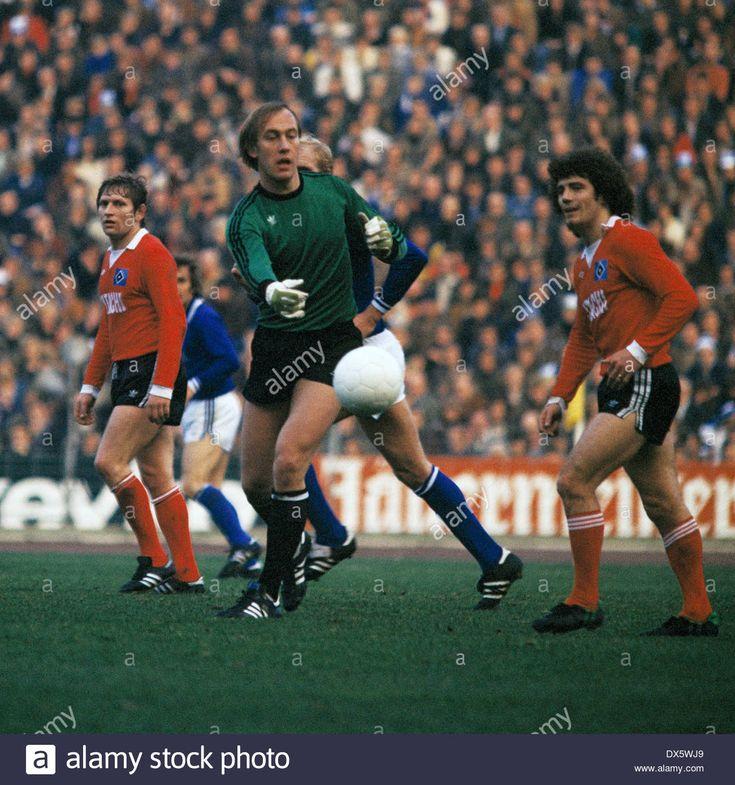 Spielszene, v.l.n.r. Ferdinand Keller (HSV), Torwart Volkmar Gross (S04), Kevin Keegan (HSV), Fussball, Bundesliga, 1977/1978, F