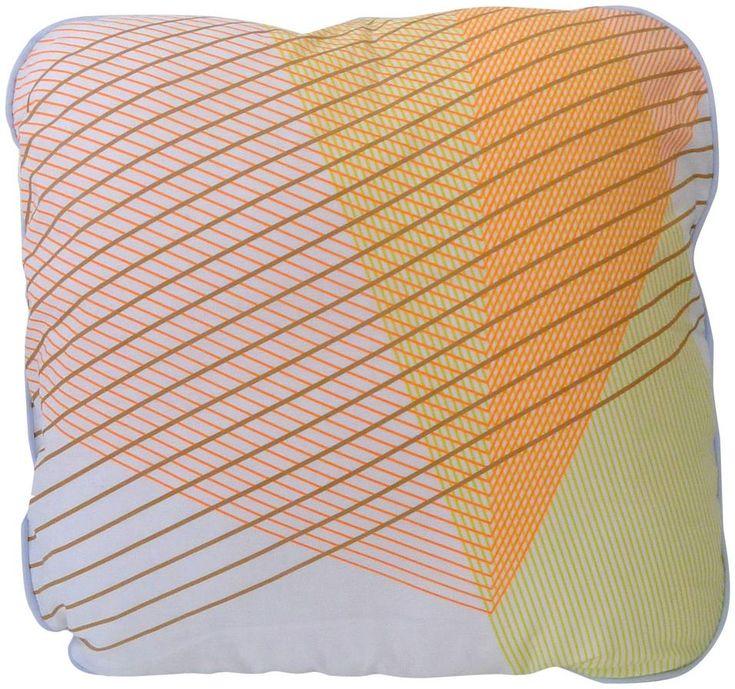 Quadrati e rettangolari, i cuscini della collezione Cross di Petite Friture hanno pattern geometrico e toni pastello. In percalle di cotone, il modello Square misura 50x50 cm.