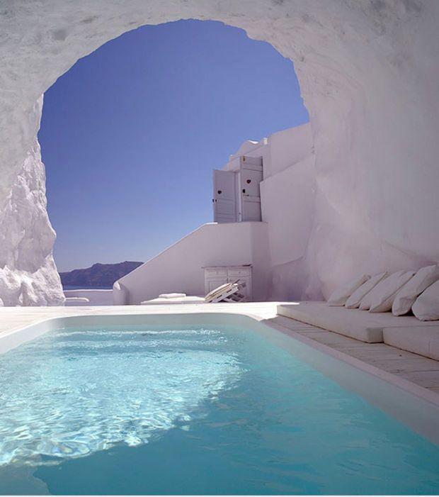 Un piscine située dans une grotte à Santorin en Grèce