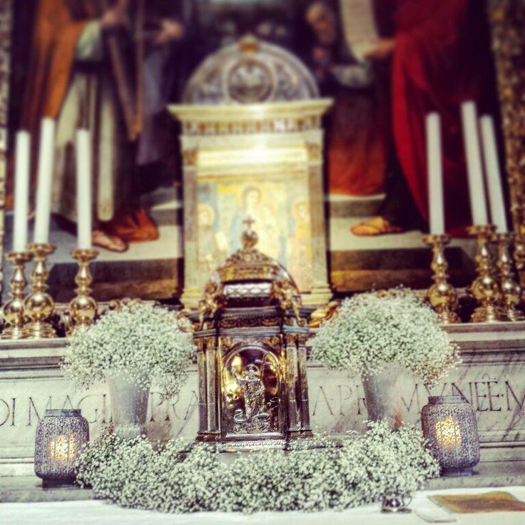 Altare maggiore con gypsophila in coppe di ferro bianco e lanterne