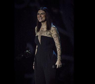 Laura Pausini | Tuta rigorosa abbinata ad un bracciale rigido silver e dei sandali lavorati dal tacco vertiginoso... | #outfitmania #outfit #style #fashion #dresscode #amazing #laurapausini #blackdress #wear #lanvin #kotur | CLICCA SULLA FOTO PER SCOPRIRE L'OUTFIT E COME ACQUISTARLO