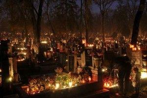 Crestinii din Ardeal se roaga pentru sufletele mortilor Christians in Transilvania are praying for their dead.