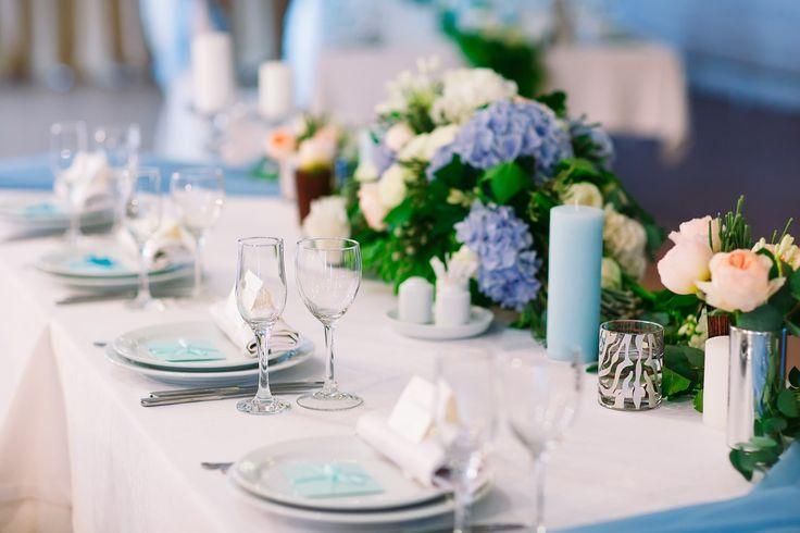 Dekoracje komunijne na stół, fot. Shutterstock #dekoracje #komunijne #stół #obrus #kwiaty #wazoniki #bukieciki #inspiracje #dekorowanie #stylista #ślubny #komunia #wesele #eleganckie #przyjęcie #impreza #party #wedding #stylish #white #blue #glass #style #american #flowers #colors