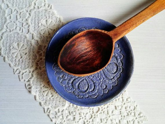 rustic spoon rest plate with lace pattern, very practical for the kitchen  https://www.etsy.com/de/listing/487061128/loffel-ablage-teller-rustikal-loffel