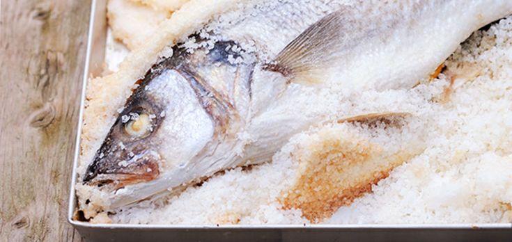 Hoe bereid je een hele vis in zoutkorst? Wij doen het je stap voor stap voor. Ons recept is voor een zeebaars maar je kunt elke hele vis gebruiken