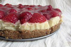 Kremowe jaglane ciasto z truskawkami. Bez glutenu, bez dodatku cukru, bez pieczenia, wegańskie - Smakuje Zdrowo