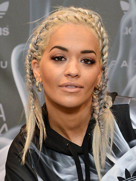 D'une certaine manière la chanteuse Rita Ora fait transporter tout .