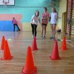 Uczennice z Wodzisławia Ślaskiego trenowały swoją celność z użyciem różnych przyborów gimnastycznych. Zachęcamy do lektury świetnego pomysłu: http://blogiceo.nq.pl/wfsportirekreacjag1/2014/12/10/realizacja-zadania-wf-dla-mniej-wysportowanych/