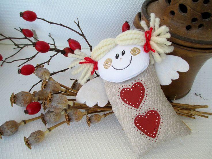 ANDĚLÍČEK 2 Andílci létají celý rok, nejen o Vánocích. Délka cca 15 cm. Domalováno barvou na textil. Křidélka jsou z filcu. Poutko na zavěšení. V prodeji andělka vlevo.