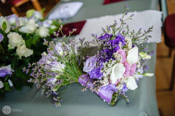 Lila csokrok Zsuzsi esküvőjén (Fotó Víg)