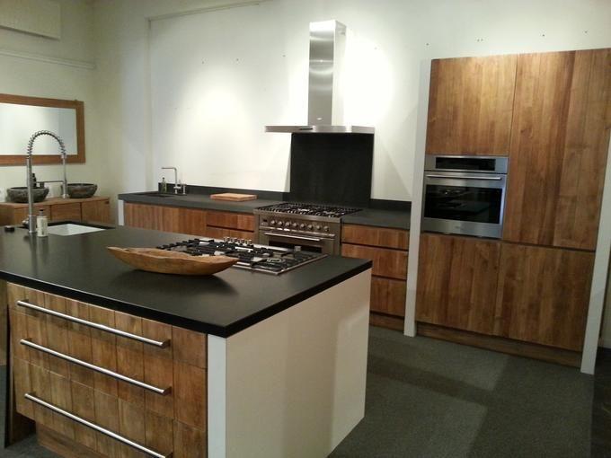 Teakhouten keukens in combinatie met granieten werkbladen, boretti apparatuur en unieke spoelbakken.    Djati Badkamers & Keukens - Hilversum