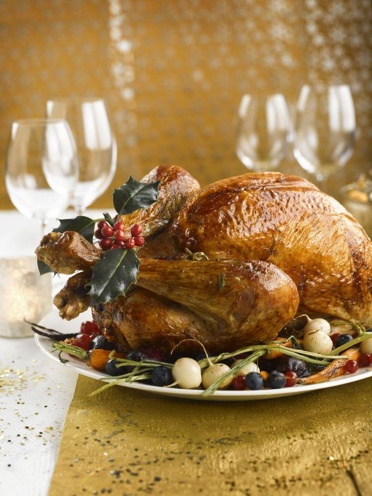 maak de vulling:Hak de kalkoen- en kippenlever zeer fijn. Verhit de boter in een pan en fruit er de sjalotten in. Voeg de lever, de ansjovis en de kappertjes toe. Bak kort even mee en laat afkoelen.Week oud brood in lauwe melk en knijp het goed uit. Meng onder het levermengsel. Voeg de eieren, de peterselie, de peper en de nootmuskaat toe. Is de vulling te lopend, meng er dan een beetje extra paneermeel onder.