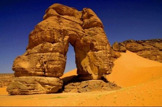 이것은 일종의 버섯바위이다. 사막같은 기후에서 바위가 일부분만 침식을 받아 아래쪽이 더 많이 깎이는 모양이다. 아래부분이 계속 깎이다 보면 결국 무너질 것이며 이 바위도 언젠간 모래가 될 것이다.