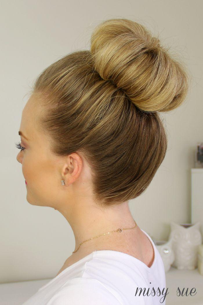 Dutt Frisur für Bräute, dunkelblonde Haare, Ohrringe mit kleinen Steinchen, goldene Kette, weißes Top