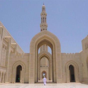 La mosquée du sultan Qaboos à Mascate, capitale d'Oman Le sultanat d'Oman enchante parce qu'il a été longtemps inconnu du grand public... Situé au Moyen-Orient, dans le golfe persique et en plein désert, le sultanat abrite des trésors d'architecture perdus entre les dunes du désert du Rub Al Khali , les routes des forts et les montagnes du Djebel Akhda.