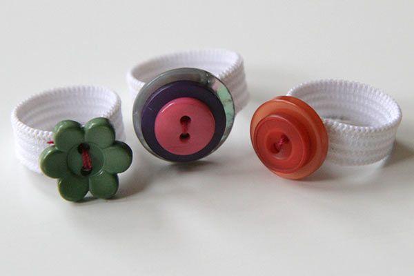 DIY : des bagues avec des boutons et de l'élastique | La cabane à idées