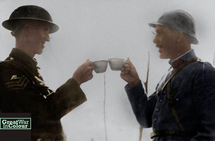 """""""Удачи / Bonne шанс"""" - французский и британский солдат сделать тост с чашками на Западном фронте.  Оригинальный источник изображения: Nationaal Archief"""