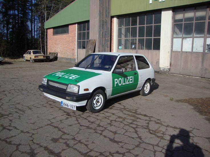 Teemun peltoautoksi hankkima Suzuki sai uuden elämän. Teemu kuulemma päätti, että auto tulee liikenteeseen - eikä ihan tavallisena. Pohjalle tuli Trotonin epoksipohjamaali ja pintaan Mipan HS akryylimaali valkean ja vihreän mattana.  POLIZEI-teksti tuli konepeltiin sapluunalla ja muihin pintoihin tarrana.