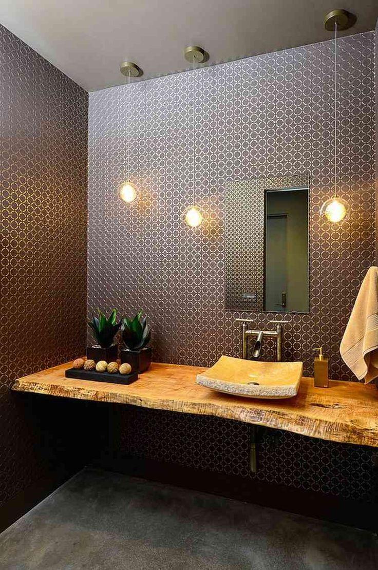petite salle de toilette élégante aménagée avec un plan vasque bois brut, une vasque à poser en pierre et décorée d'un papier peint marron