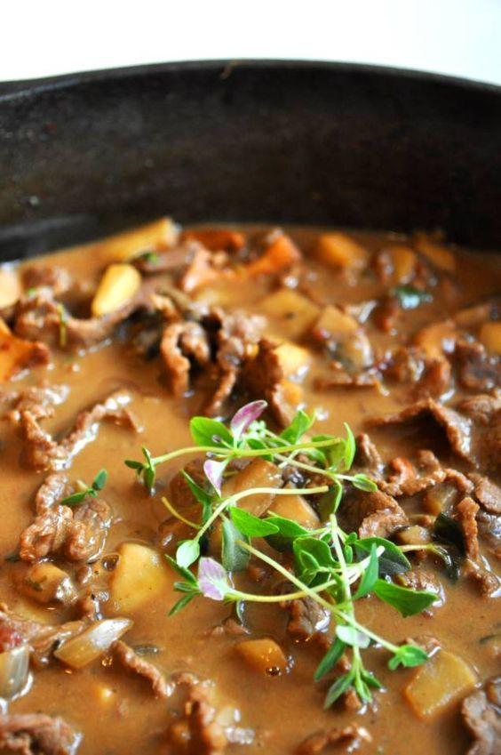 Lövbiffsgryta går enkelt att göra mustig och god. I och med att köttskivorna är så tunna blir köttet snabbt mört. Recept på höstig lövbiffsgryta med kantareller