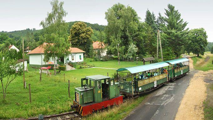 Messze a hegyköz mélyén, a Budapesttől 3 órányi vonatútra lévő Sárospatak után is további majd' egy óra utazásra jutunk el a kisvasút végállomására...