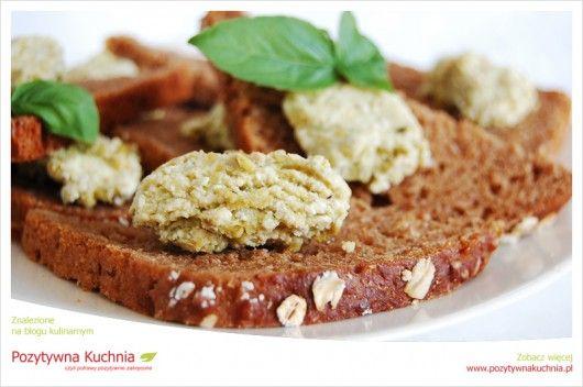 Pasta z bobu na kanapkach - #przepis na #sniadanie  http://pozytywnakuchnia.pl/zytnie-kanapki-z-pasta-z-bobu/  #bob #kanapki #kuchnia