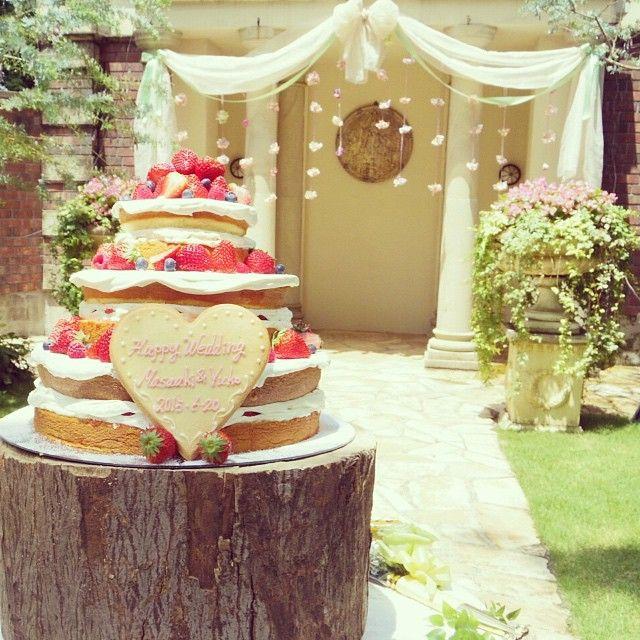 ケーキはネイキッドケーキにしました!ガーデンにイチゴの感じが映えて、可愛かったー♡ 後ろのガセボも思ったよりもかわいくなってた(^^)…