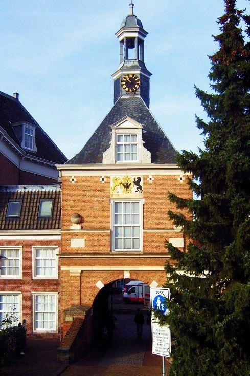 """De wandeling begint bij de Waterpoort of Kleiburgse Buitenpoort die is gebouwd in 1647. Een jaar eerder werd de Binnenhaven gedempt en ontstond het plein achter de poort. Tot 1782 lag er een gracht met een brug voor de poort. In 1944 werd de Waterpoort door de Engelsen opgeblazen. In 1979 was de herbouw voltooid. Onder het dak is het wapen van Tiel te zien met de tekst """"Asylum gentis Batavorum"""" (toevluchtsoord voor het Bataafse volk)."""