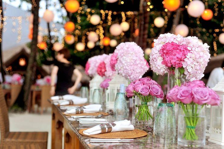 Trouwen is super leuk (vind ik althans), maar het kost ook een hoop geld. Gemiddeld kost een bruiloft zo'n€ 16.400 euro en dat is duur. Hoe kun je daar nou op besparen en wil je dat?   #bruiloft #DIY #low budget #trouwen